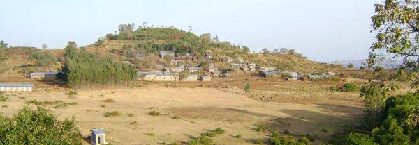 Territoire de la communauté d'Awra Amba, avec au second plan, à droite du bosquet et en bordure de village, l'atelier de tissage.