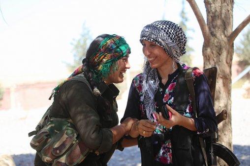 Deux miliciennes des YPG. © Firat News