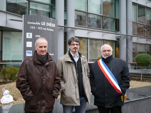 Deux anciens salariés de la papeterie de Docelles accompagné de Monsieur Christian Tarantola, maire de la ville