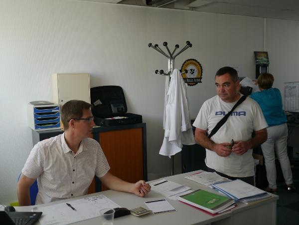 Maxime Jarne, Directeur général, s'entretient avec Stéphane Maynadier, responsable de la pasteurisation