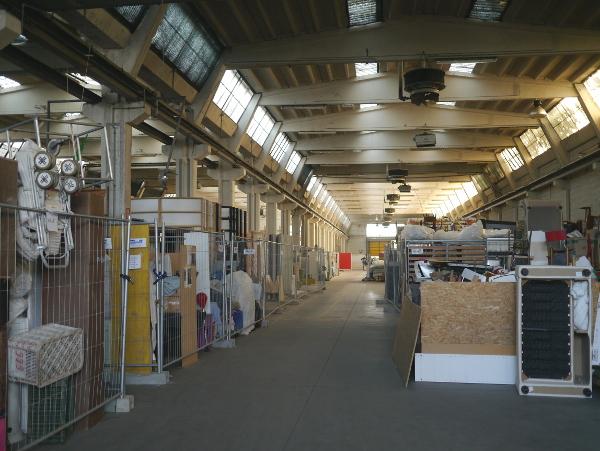 Un des halls servant d'espace de stockage
