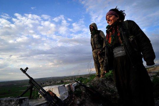 En Syrie, une expérience de démocratie directe, égalitaire et multiconfessionnelle tient tête à l'Etat islamique