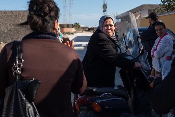 """Houda Charfeddine a trois enfants dont un fils de 9 mois. Son mari pêcheur et elle espère préserver leurs deux sources de revenus modestes pour pouvoir faire """"vivre"""" leurs enfants. Quand Houda travaille ou milite pour ses droits, elle laisse son bébé chez sa voisine."""