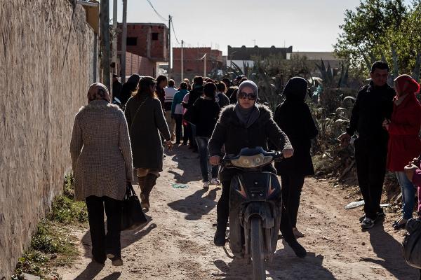 A Chebba, il n'est pas rare de voir des femmes en deux roues circuler en ville. De nombreuses ouvrières de l'usine se déplacent grâce à leur scooter ou leur mobylette.